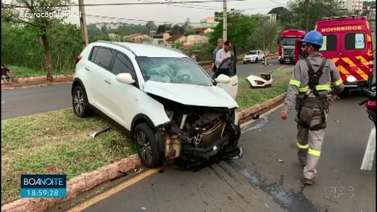Motorista fica ferida após passar no sinal vermelho e ser atingida por caminhão, em Londrina