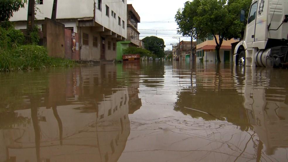 Chuva nas ruas de Vila Velha, no Espírito Santo, na manhã deste sábado (10) — Foto: Fabrício Christ/ TV Gazeta