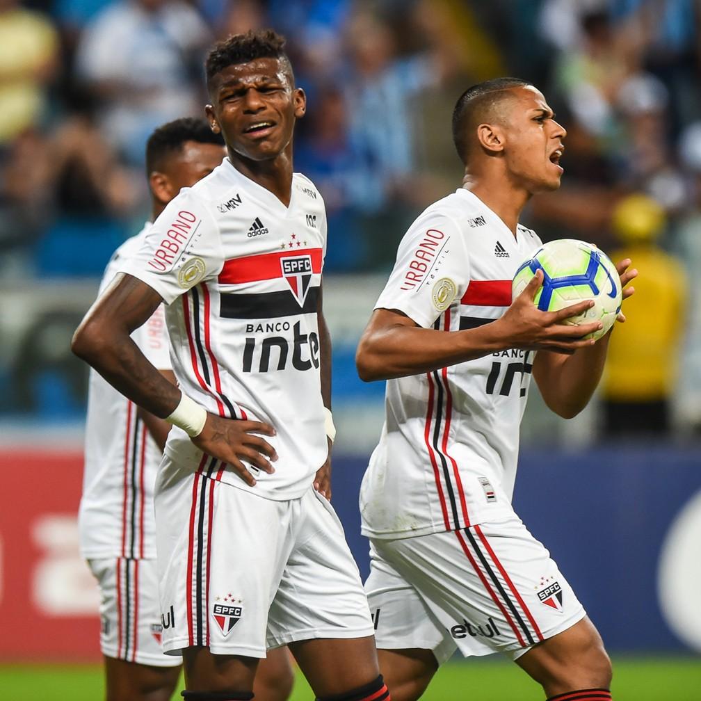 Arboleda e Bruno Alves em jogo do São Paulo — Foto: Vinícius Costa/BP Filmes