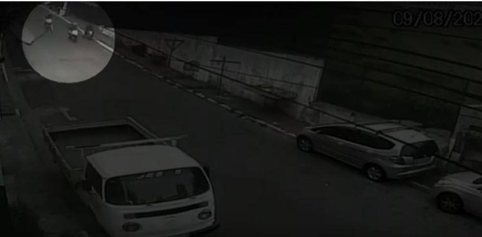 Vídeo mostra rapaz em moto sendo abordado por 2 PMs na Zona Sul de São Paulo; depois ele cai morto  — Foto: Reprodução/Redes sociais
