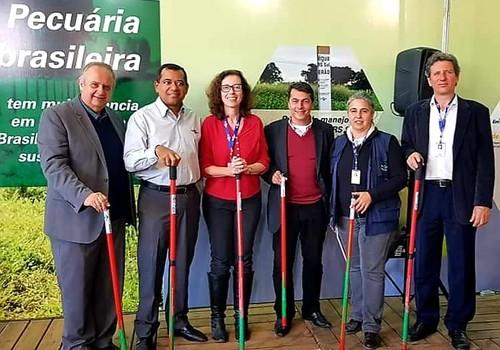 Estudiosos da Embrapa apresentam a régua de manejo na Expointer de Esteio (RS) (Foto: Divulgação)