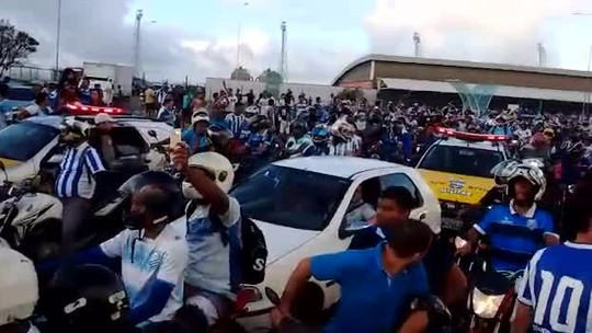 Torcida faz carreata para receber o CSA e deixa trânsito lento em ruas de Maceió