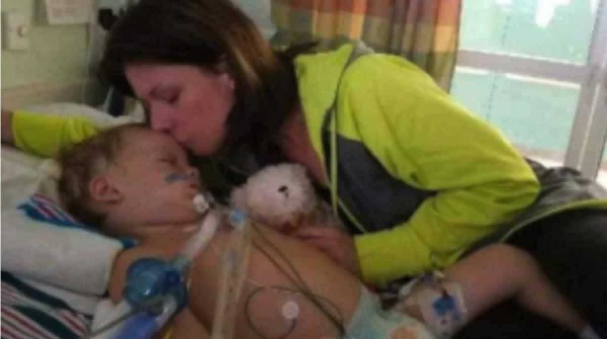 Brooke e o filho, que morreu após afogamento em piscina (Foto: Reprodução Youtube)