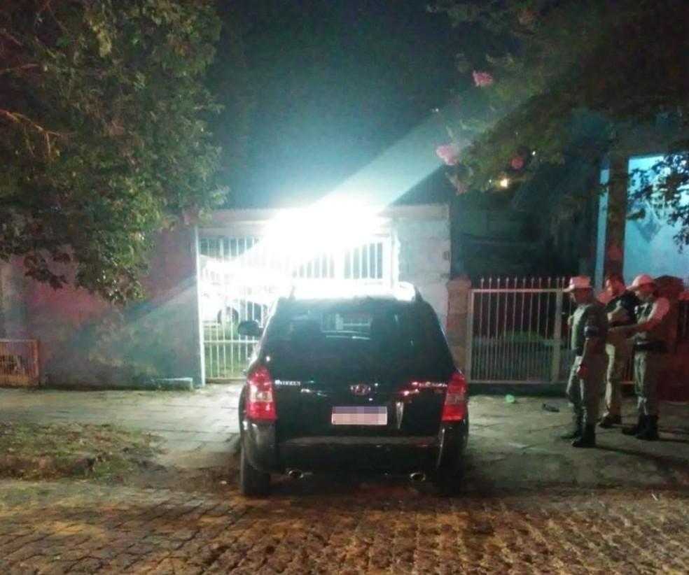 Idosa estava sentada em frente à garagem. — Foto: Polícia Civil/Divulgação