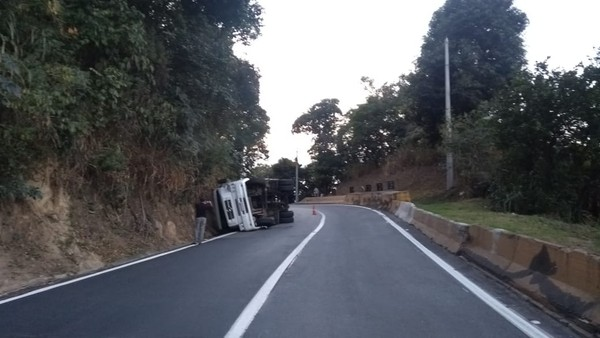 Caminhão com madeira tomba na Serra das Araras, em Piraí   Sul do Rio e  Costa Verde   G1