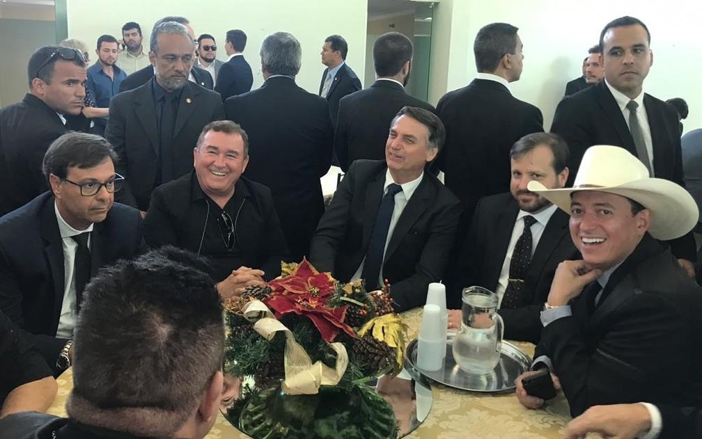 Bolsonaro ao lado de cantores em almoço no Clube do Exército, em Brasília, nesta terça-feira (10) — Foto: Guilherme Mazui/G1