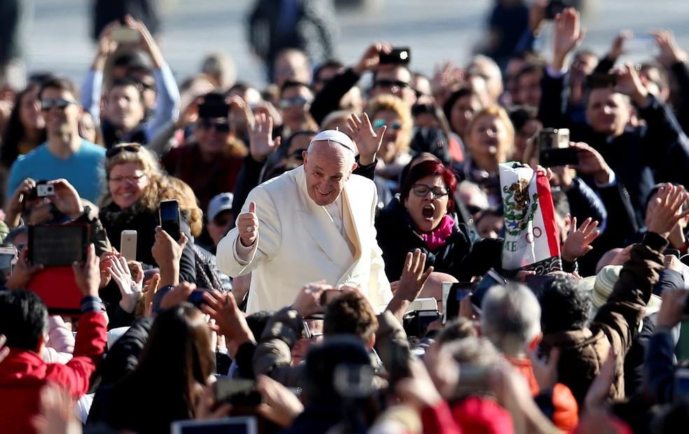 Papa Francisco chega para audiência semanal na Praça de São Pedro, no Vaticano, nesta quarta-feira (8)  (Foto: Alessandro Bianchi/Reuters)