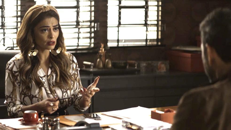 Após conselho de Amadeu, Maria da Paz (Juliana Paes) tira satisfação com Régis (Reynaldo Gianecchini) sobre dinheiro, na novela 'A Dona do Pedaço' — Foto: Globo