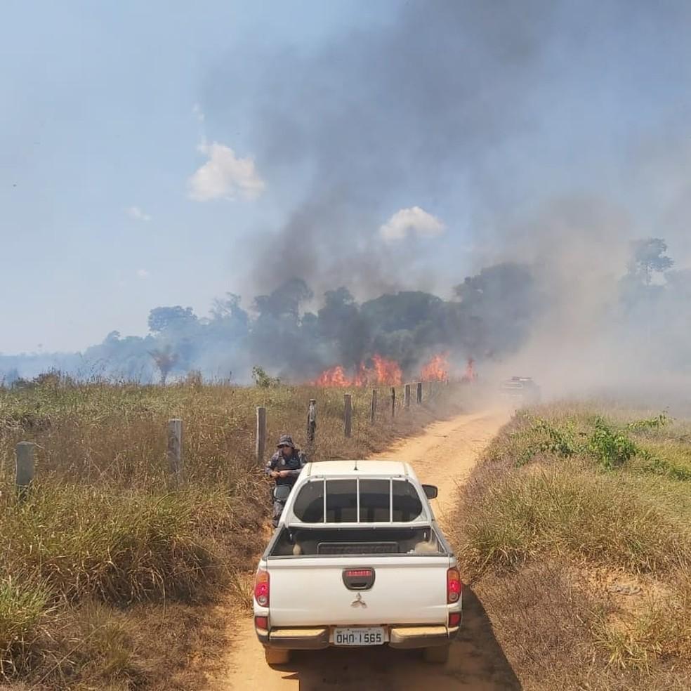 Invasores iniciam queimada em fazenda durante reintegração de posse — Foto: 8°BPM/Divulgação