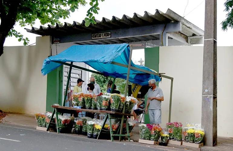 Interessados em vender produtos no entorno de cemitérios de Londrina devem se cadastrar a partir desta segunda (18)