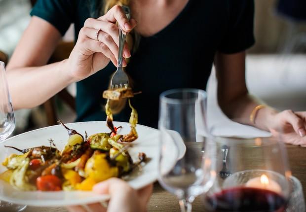 Comida; pessoa comendo; jantar, alimentos (Foto: Pixabay)