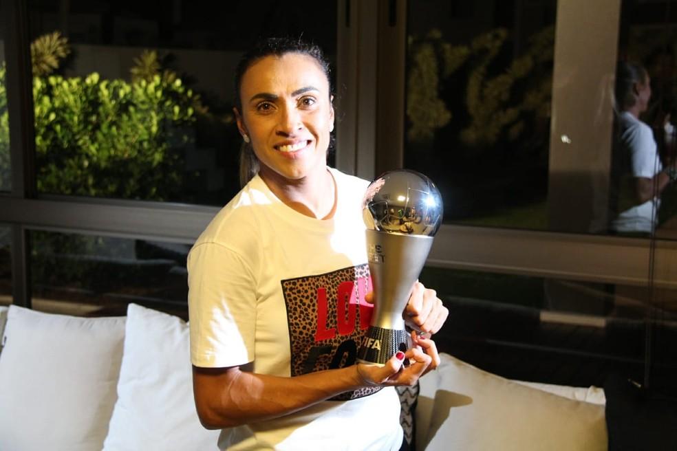 Marta exibe o troféu de melhor do mundo — Foto: Denison Roma - GloboEsporte.com
