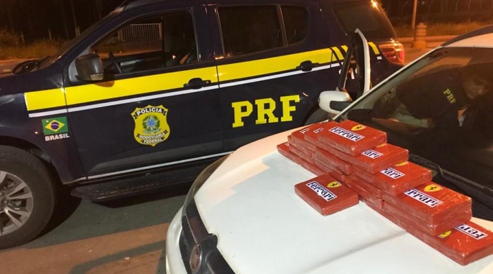 Material estava embalado em pacotes com o símbolo da Ferrari e escondido no painel do carro — Foto: Divulgação/PRF
