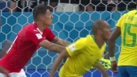 'Empurrão' suíço antes de gol vira notícia; confira (GE)