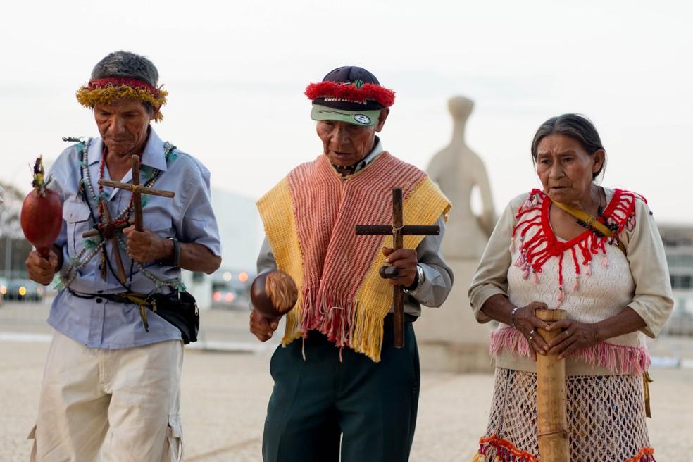 Guaranis-kaiowás em protesto em frente ao STF, em Brasília — Foto: Tiago Miotto/Cimi
