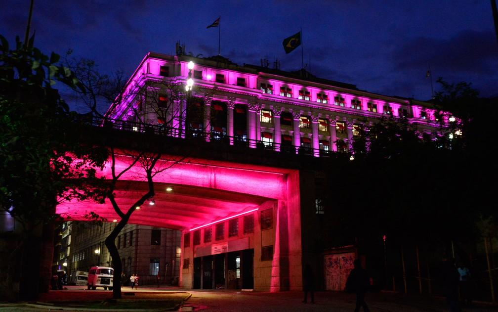 Prefeitura e Viaduto do Chá ganham iluminação especial para o Outubro Rosa (Foto: Chris Faga/Fox Press/Estadão Conteúdo)