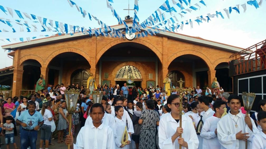 Centenas de pessoas acompanharam procissão (Foto: Rose Lopes/Rede Amazônica)