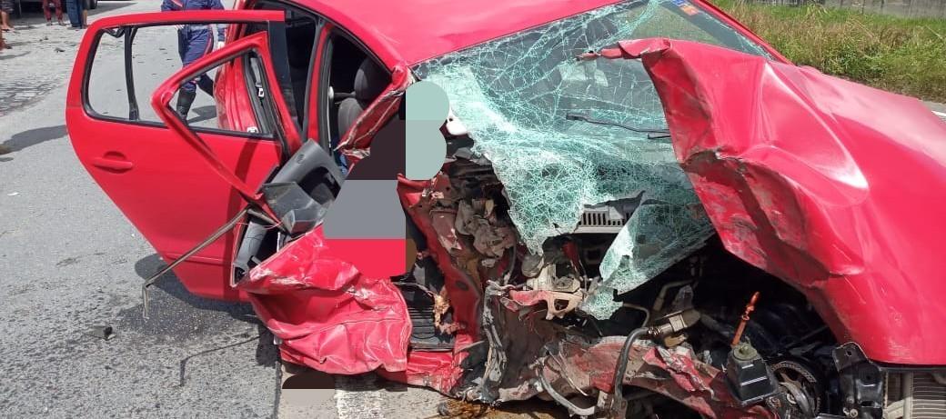 Pai e filha morrem em acidente na BR-101 após carro colidir com carreta estacionada, em Goiana