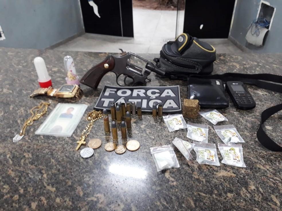 Com um dos suspeitos mortos, policiais apreenderam um revólver calibre 38 com quatro munições deflagradas e duas intactas. Dentro de uma bolsa, foram encontradas mais oito munições intactas (Foto: PM/Divulgação)