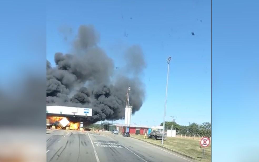 Caminhão bate em praça de pedágio, causa acidente com quatro mortos e pega fogo na BR-050 — Foto: Reprodução/TV Anhanguera