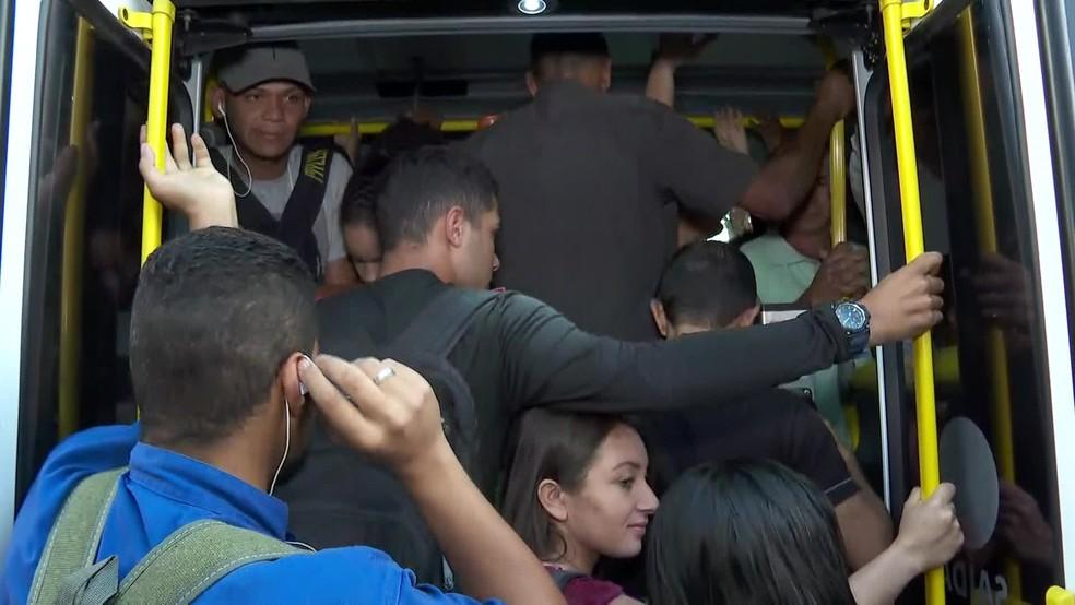 Segundo passageiros, a quantidade de ônibus é pequena para a demanda de pessoas — Foto: Reprodução/TV Globo