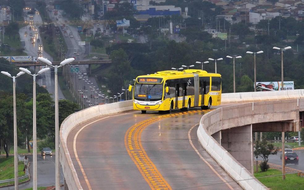 Ônibus do BRT sobre viaduto próximo do Gama, no Distrito Federal — Foto: Tony Winston/Agência Brasília