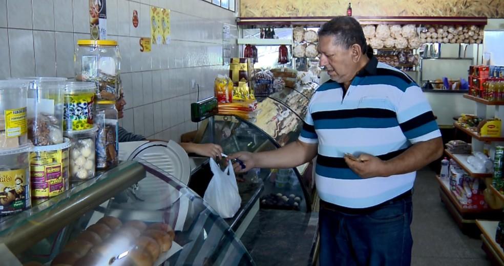 Comerciantes de Monte Belo (MG) estão reclamando da falta de clientes por conta da falta de dinheiro em espécie na cidade (Foto: Reprodução / EPTV)