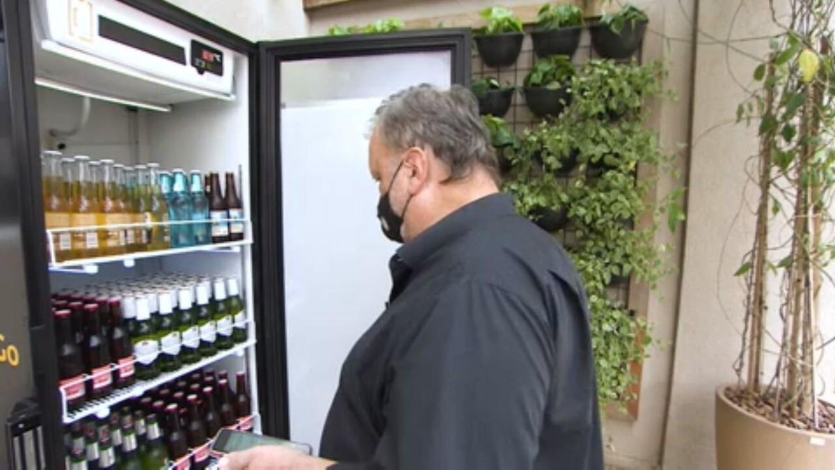 Empresários criam máquina de venda de cerveja gelada para condomínios thumbnail