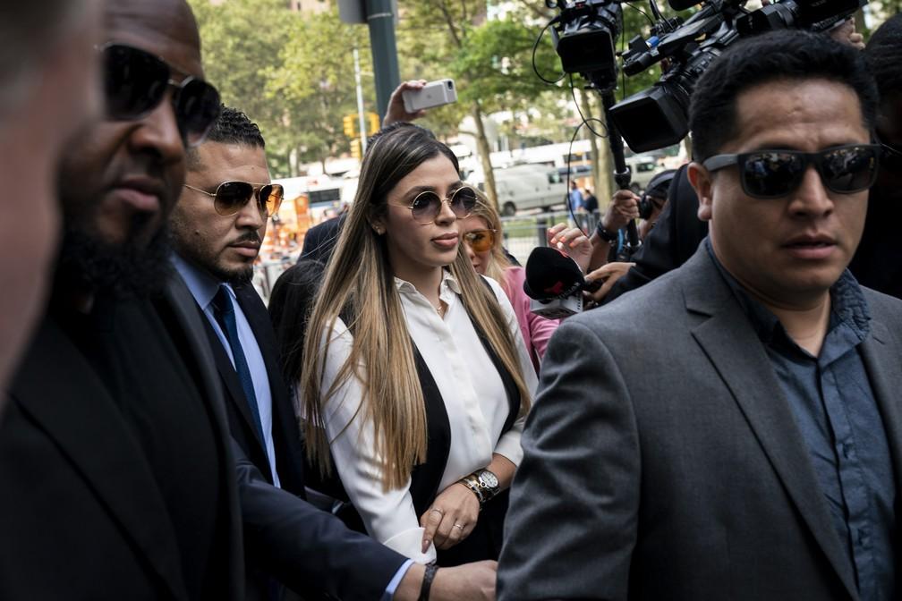 Emma Coronel Aispuro, esposa de El Chapo, chega ao tribunal federal em Nova York para ouvir a sentença, nesta quarta-feira (17). — Foto: Drew Angerer / Getty Images North America / AFP