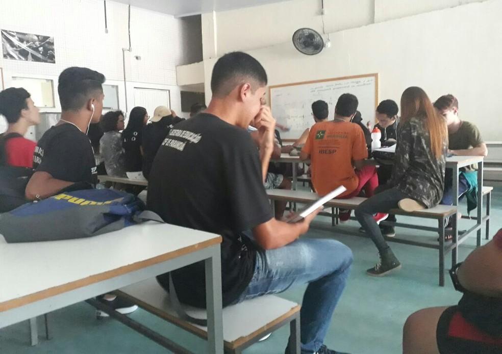 Alunos têm aula em refeitório por causa de goteiras em sala de aula (Foto: Arquivo pessoal)