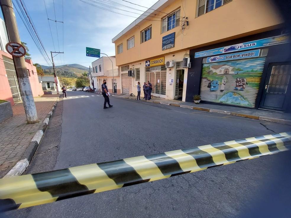 Criminoso é baleado e outros dois são presos em assalto a agência dos Correios em Perdões — Foto: Lucas Rangel/ TV Vanguarda