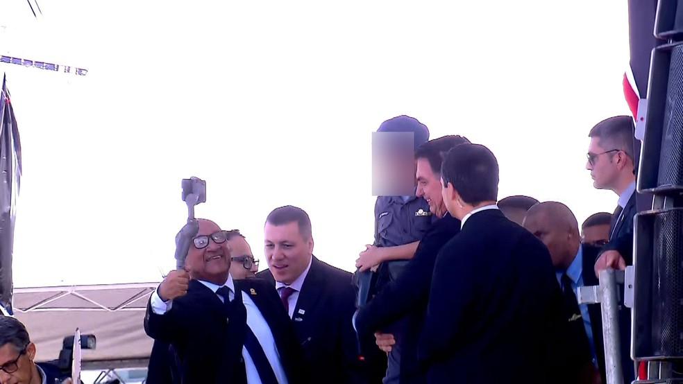 Presidente Bolsonaro segura criança no colo durante evento de formação de sargentos da Polícia Militar de São Paulo que foi realizado no Anhembi, na Zona Norte da cidade  — Foto: TV Globo/Reprodução