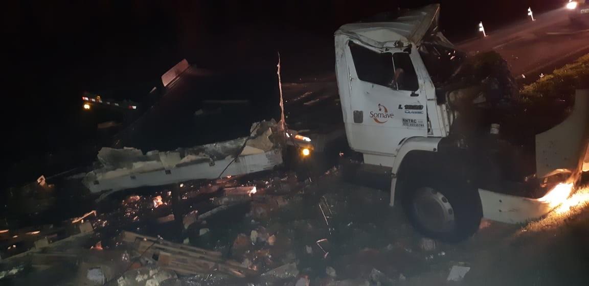 Motorista fica ferido após caminhão capotar na BR-376, em Mandaguaçu - Notícias - Plantão Diário