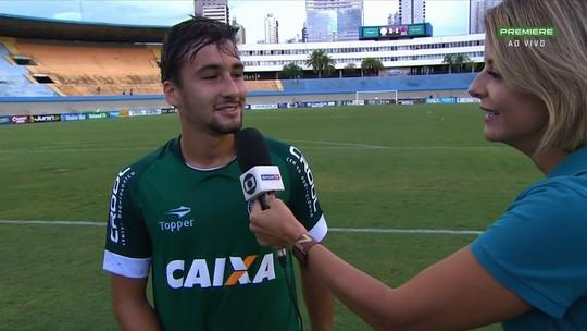 """Filho de comentarista, jovem estreia pelo Goiás e tranquiliza o pai: """"Deve estar louco"""""""