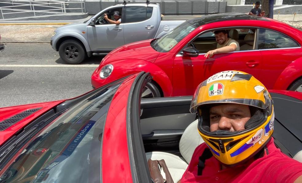 Após vídeo viralizar, outros motoristas pedem pra tirar fotos com Diego e o conversível, em Campina Grande — Foto: Diego Alexandre/Arquivo pessoal