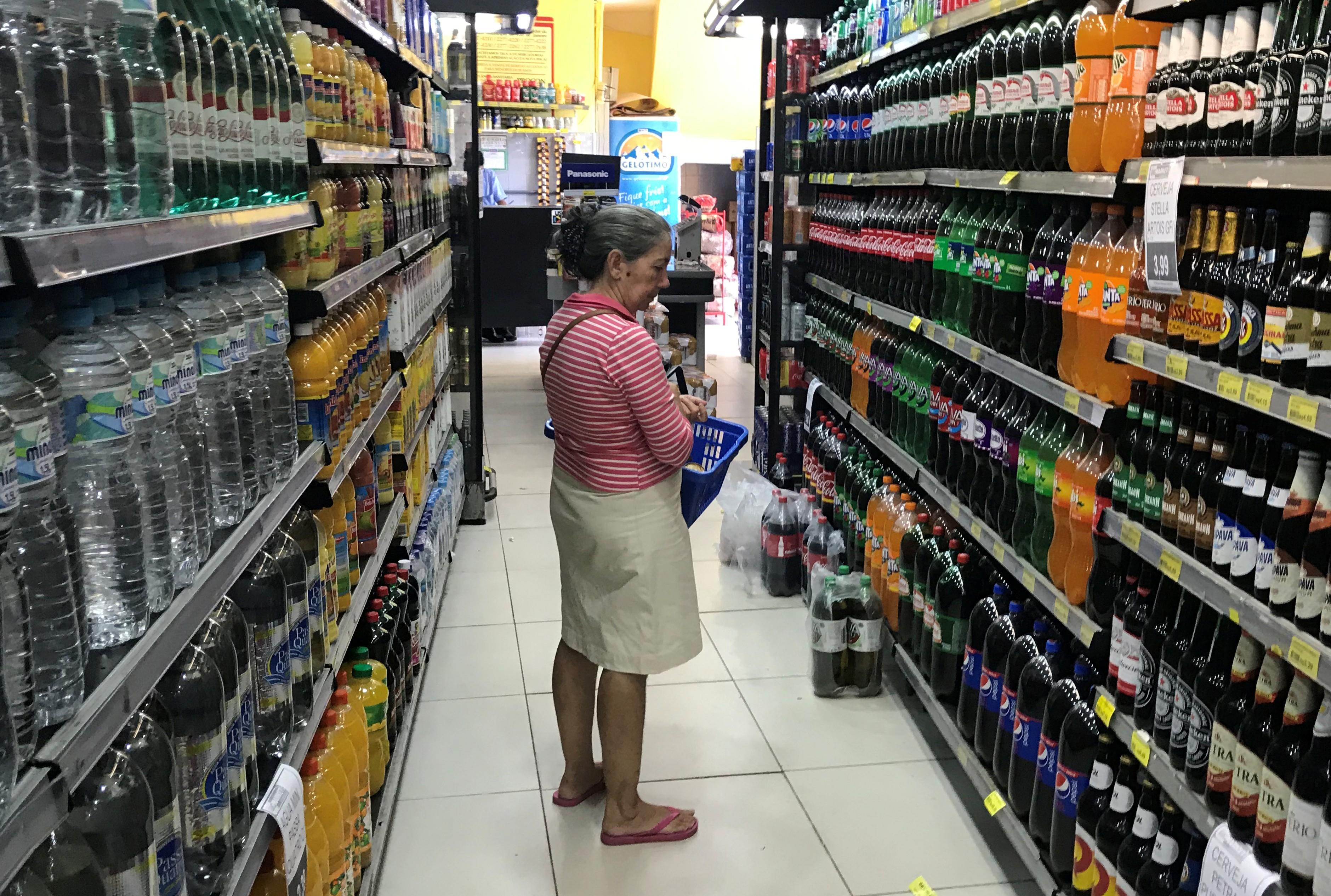 4d3b0b4fb Em 12 meses, avanço passou de 1,4% em abril para 1,3% em maio, reforçando o  cenário de economia estagnada. Supermercado no Rio de Janeiro; ...