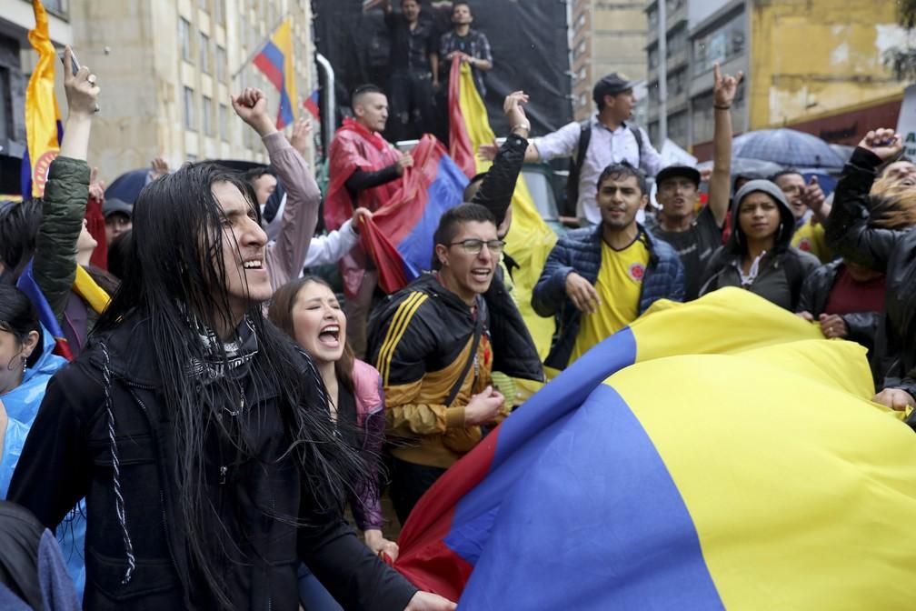 Estudantes se reúnem durante uma greve nacional na quinta-feira (21) em Bogotá, na Colômbia. — Foto: Fernando Vergara/AP