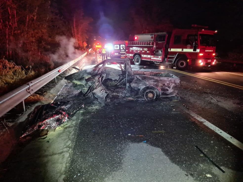 Batida frontal entre carro e picape matou cinco pessoas e deixou uma vítima em estado grave — Foto: Polícia Rodoviária
