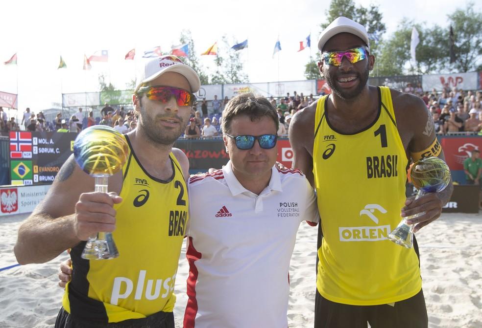 Bruno Schmidt e Evandro com os troféus pelo título na etapa de Varsóvia â Foto: Divulgação/FIVB