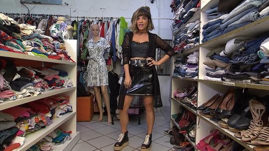 Paula Magalhães faz garimpo em brechó com roupas e acessórios de R$ 5