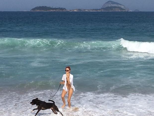 Laura Neiva e seu cachorro (Foto: Reprodução Instagram)