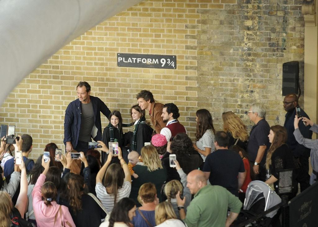 Eddie Redmayne e Jude Law na Estação Kings Cross em Londres (Foto: Getty Images)
