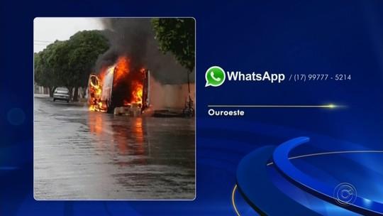 Van pega fogo ao lado de escola municipal em Ouroeste