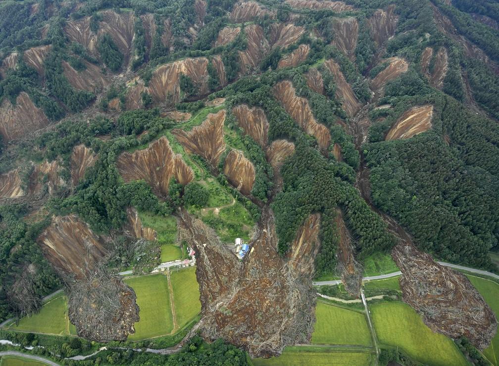 Vista aérea mostra área em que terra deslizou após o terremoto da última quinta, na ilha de Hokkaido, no Japão (Foto: Kyodo/via Reuters)