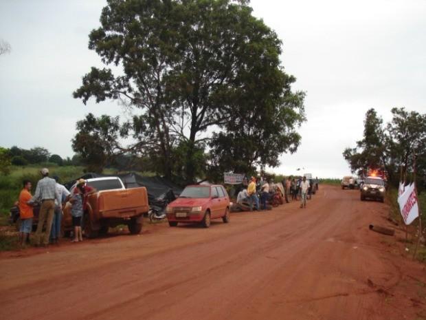 Inicialmente informado pela PF e pela PRF como bloqueio da estrada, o acampamento na BR-158 é realizado por cerca de 80 trabalhadores rurais despejados da terra indígena. (Foto: PRF)
