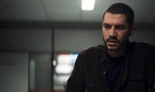 Na segunda-feira (9), Camilo (Lee Taylor) descobrirá que Chiclete (Sergio Guizé) era um matador | Reprodução