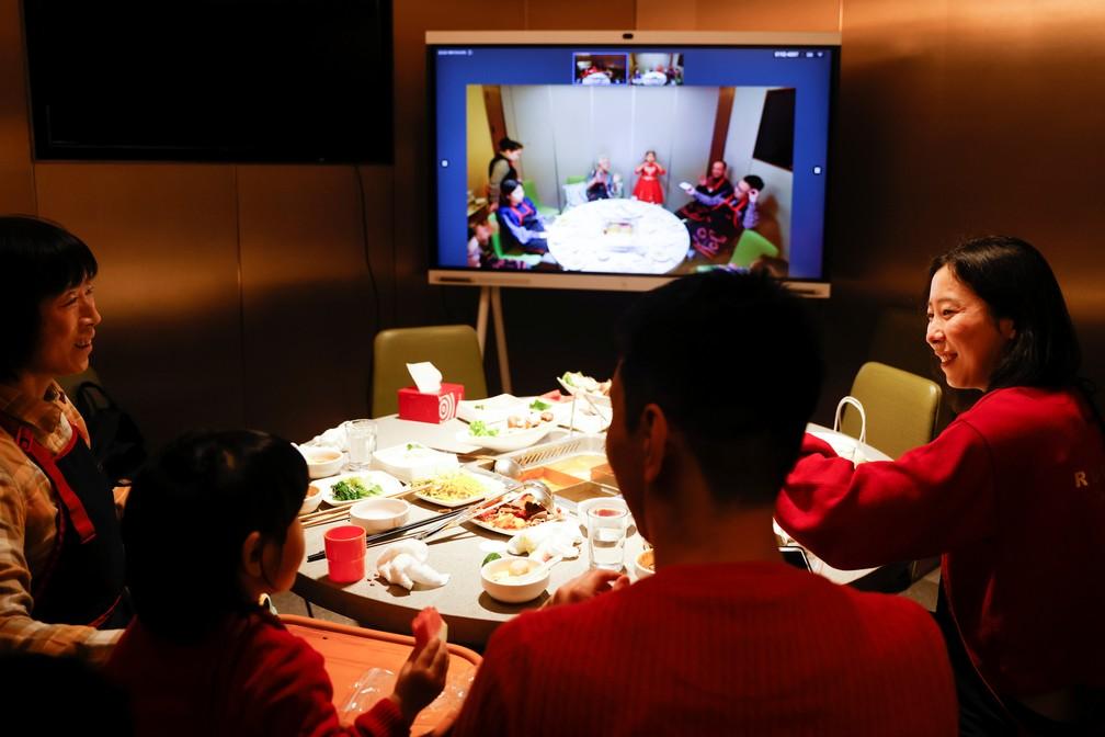 Família de Pequim em comemoração por transmissão com parentes em uma das festividades do Ano Novo Chinês de 2021, em 11 de fevereiro de 2021 — Foto: Carlos Garcia Rawlins/Reuters