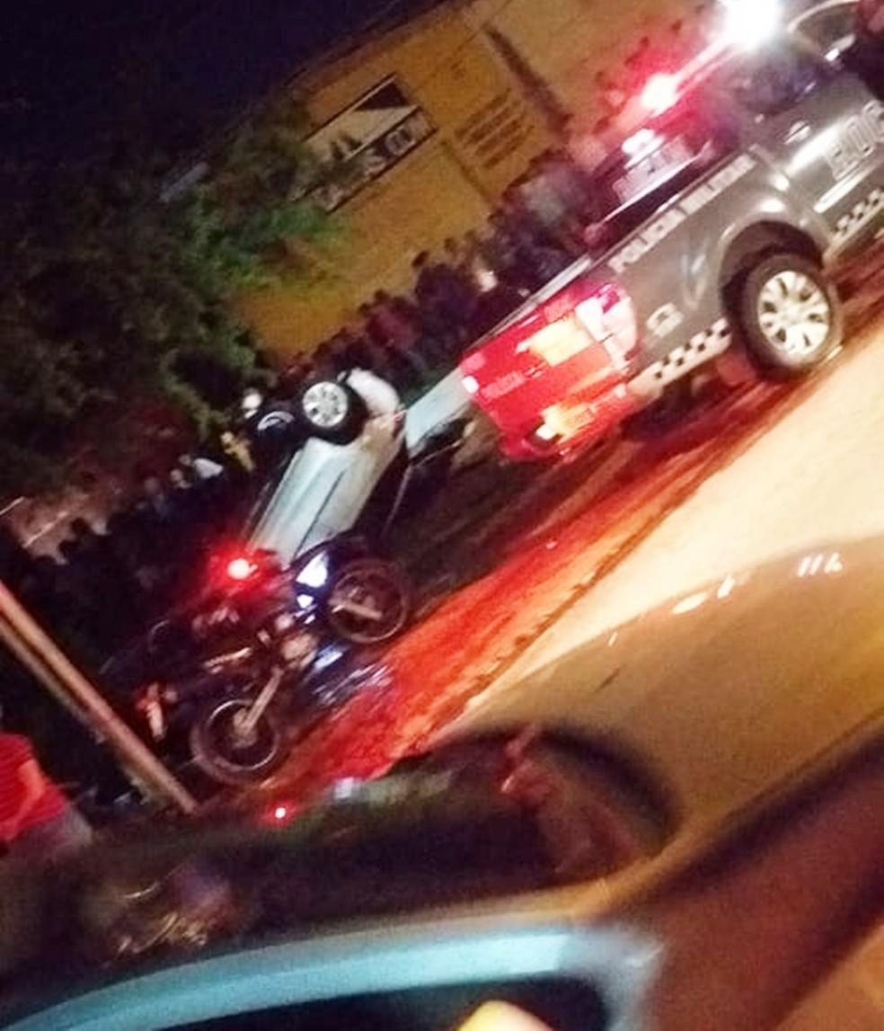 Bandidos perderam o controle do carro durante a perseguição e acabaram capotando o veículo, que havia sido roubado — Foto: PMRN/Divulgação