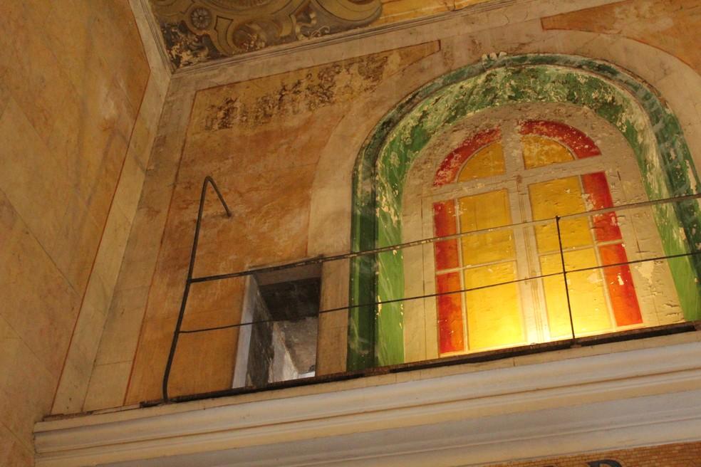 Infiltrações atingem paredes centenárias.  — Foto: Matheus Castro/G1 AM