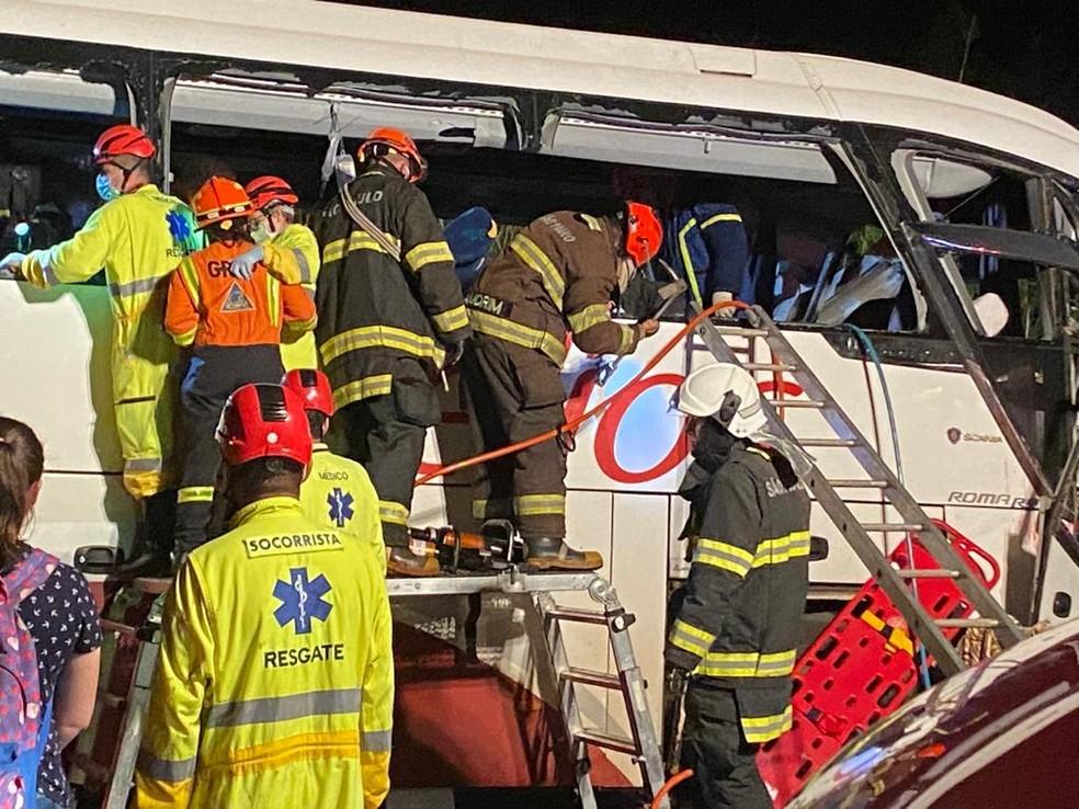 Acidente próximo à cidade de Parapuã deixou mortos e feridos na noite desta segunda-feira (21) — Foto: Bill Paschoalotto/TV Fronteira